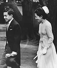 Нынешний император Акихито был первым наследным принцем, женившимся на простолюдинке