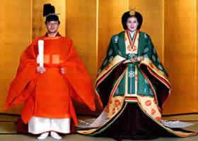Масако и Нарухито в традиционных свадебных костюмах