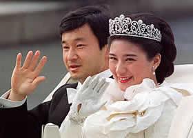 После церемонии бракосочетания молодожёны, переодевшись в свадебные наряды западного образца, проехали по улицам Токио