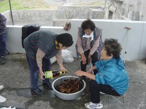 Обряд (сэнкоцу): омовение очищенных останков местной рисовой водкой авамори (о. Ёнагуни) (Съемка и авторские права: Е. Бакшеев).