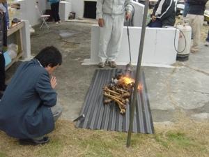 Обряд сэнкоцу: сожжение останков (о. Ёнагуни) (Съемка и авторские права: Е. Бакшеев).