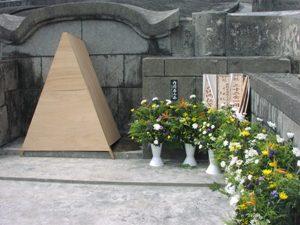 Так выглядит могила сразу после захоронения усопшего (раньше оно являлось первичным; сейчас же - в соответствии с общеяпонской практикой - новоумершего, как правило, кремируют сразу после смерти, и вторичное захоронение не проводится) (о. Кумэ, группа островов Окинава) (Съемка и авторские права: Е. Бакшеев).