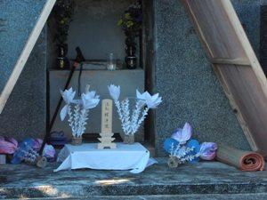 Погребальный инвентарь (с временной поминальной табличкой) и подношения новоумершему у входа в гробницу сразу после захоронения (о. Кумэ) (Съемка и авторские права: Е. Бакшеев).