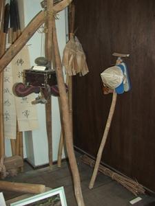Традиционный погребальный инвентарь (обувь, посох, шляпа) на островах Рюкю (из экспозиции этнографического музея) (Съемка и авторские права: Е. Бакшеев).