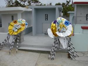 Похоронные венки современного типа у входа в семейную гробницу после захоронения (о. Мияко) (Съемка и авторские права: Е. Бакшеев).