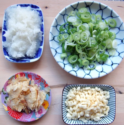 Добавки к буккакэ-удон: дайкон, лук, кацуобуси и тэнкасу